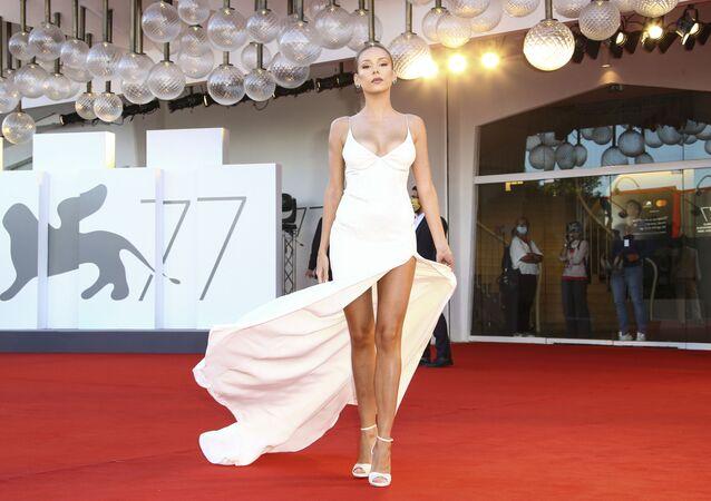 Aktorka Ester Exposito na otwarciu 77. Festiwalu Filmowego w Wenecji