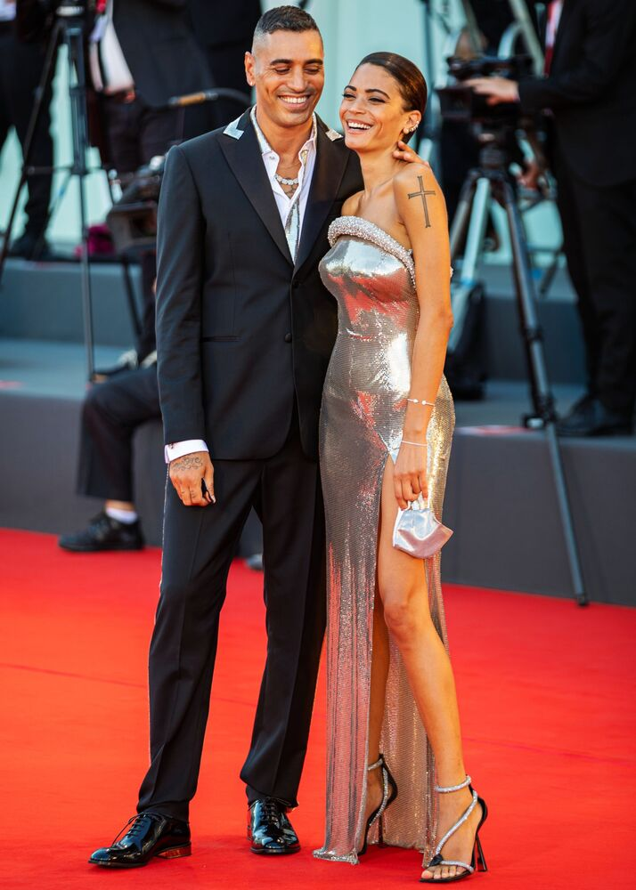 Włoski muzyk i producent filmowy Marracash z piosenkarką Elodie na 77. Festiwalu Filmowego w Wenecji