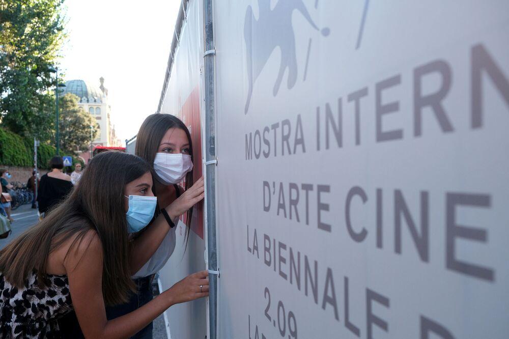 Fani podglądają gości 77. Festiwalu Filmowego w Wenecji
