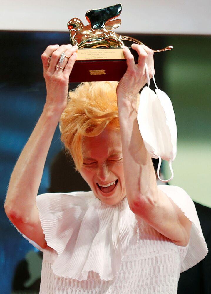 Aktorka Tilda Swinton z nagrodą - Złotym Lwem