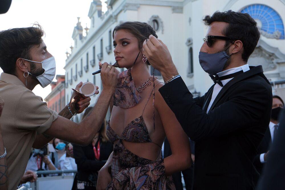 Modelka Taylor Hill na otwarciu 77. Festiwalu Filmowego w Wenecji