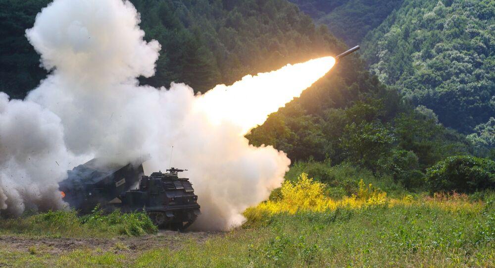 Amerykańska uniwersalna wyrzutnia do odpalania rakiet taktycznych M270 podczas testów w Korei Południowej