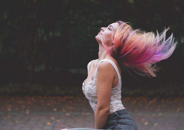 Kobieta z pomalowanymi włosami