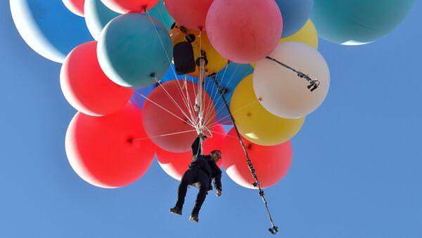 Iluzjonista David Blaine osiągnął wysokość prawie 7620 metrów na wiązce balonów - Sputnik Polska
