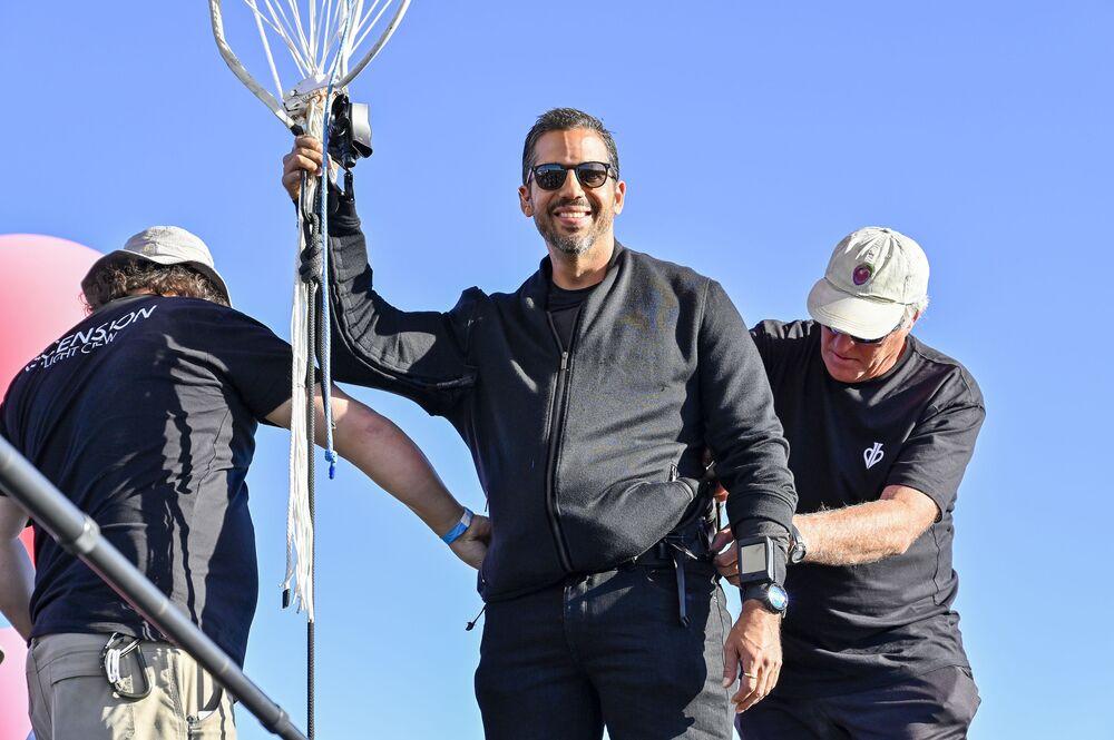 Iluzjonista David Blaine osiągnął wysokość prawie 7620 metrów na wiązce balonów