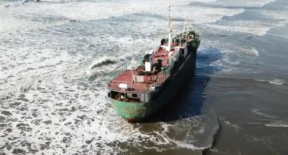 Statek, który został wyrzucony na brzeg w okolicach Nachodki w Kraju Nadmorskim