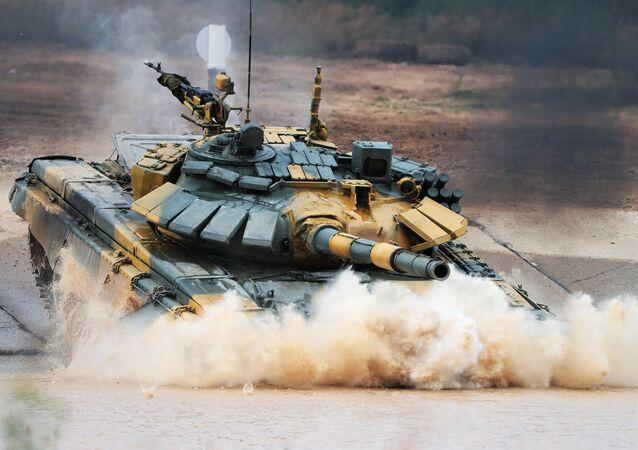 """Czołg T-72 wietnamskiej drużyny wojskowej podczas zawodów """"Biathlon czołgowy 2020"""" na poligonie Alabino w obwodzie moskiewskim"""