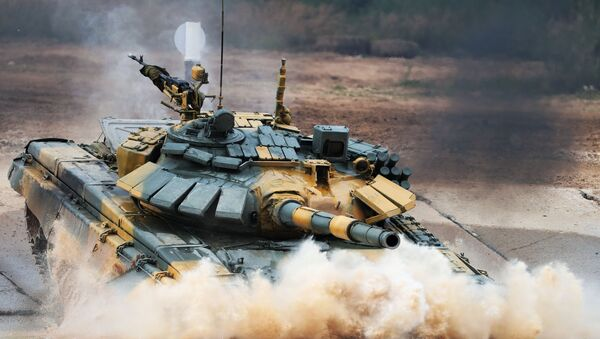 """Czołg T-72 wietnamskiej drużyny wojskowej podczas zawodów """"Biathlon czołgowy 2020"""" na poligonie Alabino w obwodzie moskiewskim  - Sputnik Polska"""