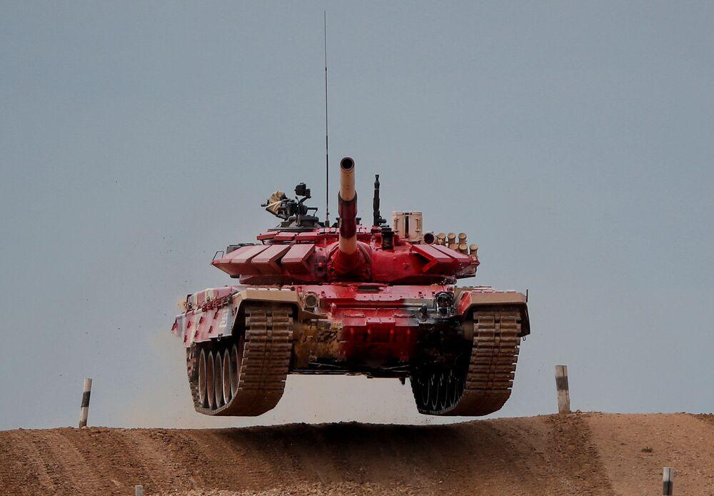 """Czołg T-72 zespołu rosyjskich żołnierzy podczas zawodów załóg czołgów w ramach zawodów """"Biathlon czołgowy 2020"""" na poligonie Alabino w obwodzie moskiewskim"""