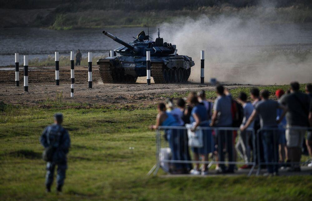 Czołg T-72 zespołu białoruskich żołnierzy podczas zawodów załóg czołgów w ramach zawodów Tank Biathlon 2020 na poligonie Alabino w obwodzie moskiewskim