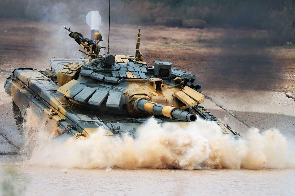 """Czołg T-72 wietnamskiej drużyny wojskowej podczas zawodów załóg czołgów w ramach zawodów """"Biathlon czołgowy 2020"""" na poligonie Alabino w obwodzie moskiewskim"""