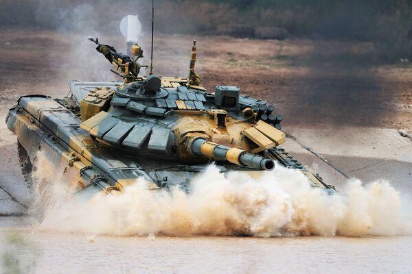 """Czołg T-72 wietnamskiej drużyny wojskowej podczas zawodów załóg czołgów w ramach zawodów """"Biathlon czołgowy 2020"""" na poligonie Alabino w obwodzie moskiewskim  - Sputnik Polska"""