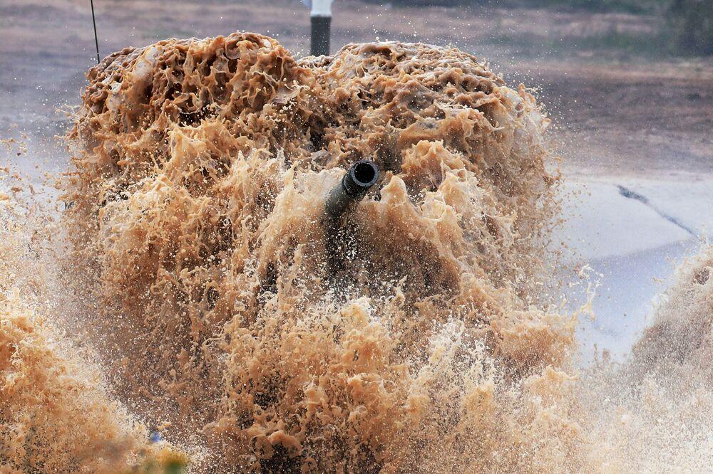 """Czołg T-72 zespołu wojskowego Birmy podczas zawodów załóg czołgów w ramach zawodów """"Biathlon czołgowy 2020"""" na poligonie Alabino w obwodzie moskiewskim"""