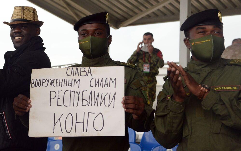 """Fani drużyny armii Konga podczas zawodów """"Biathlon czołgowy 2020"""" na poligonie Alabino w obwodzie moskiewskim"""