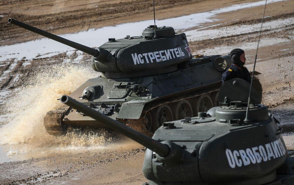 """Czołg """"Fighter"""" i """"Liberator"""" przed startem zawodów """"Biathlon czołgowy 2020"""" na poligonie Alabino"""