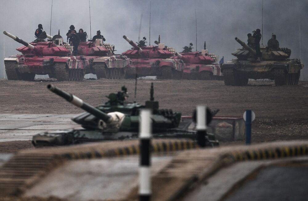 """Uczestnicy zawodów załóg czołgów w ramach zawodów """"Biathlon czołgowy 2020"""" na poligonie w Alabino"""