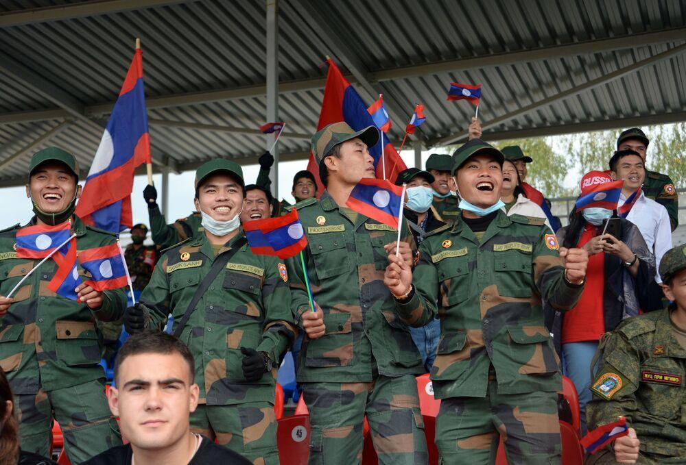 """Fani drużyny armii laotańskiej podczas zawodów """"Biathlon czołgowy 2020"""" na poligonie Alabino w obwodzie moskiewskim"""