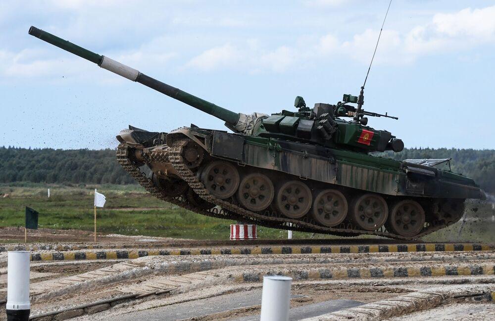 """Czołg T-72B3 ekipy kirgiskich żołnierzy podczas zawodów """"Biathlon czołgowy 2020"""" na poligonie Alabino w obwodzie moskiewskim"""