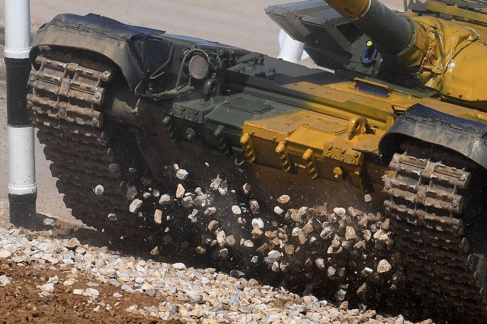 """Czołg T-72 zespołu żołnierzy Kazachstanu podczas zawodów """"Biathlon czołgowy 2020"""" na poligonie Alabino w obwodzie moskiewskim"""