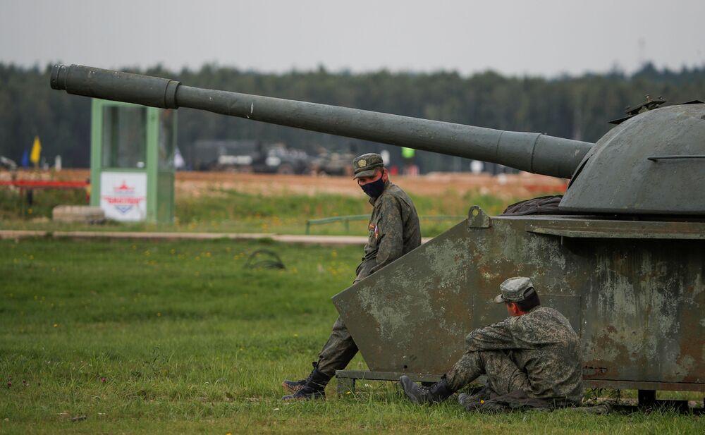 Rosyjski personel wojskowy odpoczywa podczas biathlonu czołgowego w Alabino