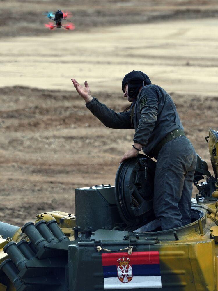 """Członek załogi czołgu T-72B3 drużyny serbskiej armii podczas zawodów """"Biathlon czołgowy 2020"""" na poligonie Alabino w obwodzie moskiewskim"""