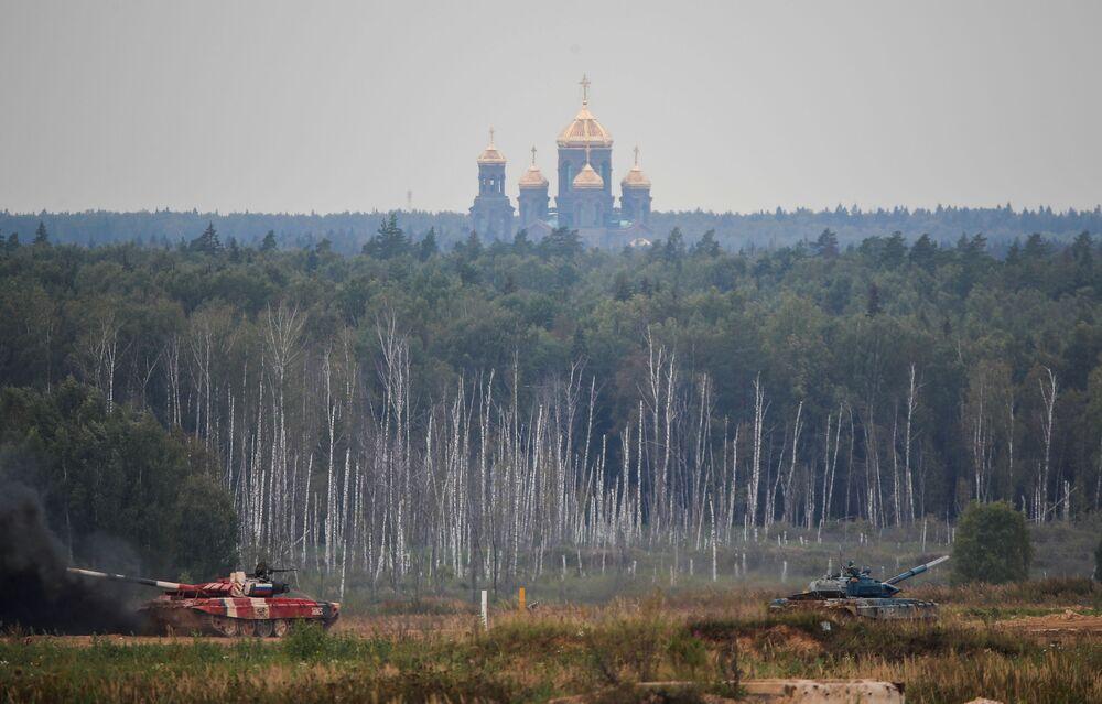 """Czołgi T-72 podczas zawodów """"Biathlon czołgowy 2020"""" na poligonie Alabino w obwodzie moskiewskim"""