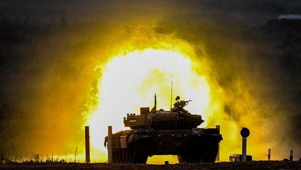 """Czołg T-72 zespołu wojskowego Uzbekistanu podczas zawodów """"Biathlon czołgowy 2020"""" na poligonie Alabino w obwodzie moskiewskim - Sputnik Polska"""