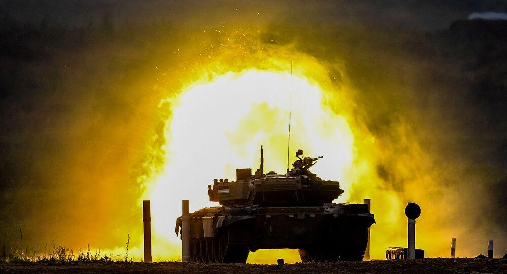"""Czołg T-72 zespołu wojskowego Uzbekistanu podczas zawodów """"Biathlon czołgowy 2020"""" na poligonie Alabino w obwodzie moskiewskim"""