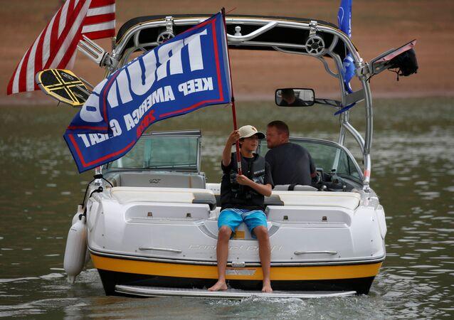 Zwolennicy prezydenta USA Donalda Trumpa biorą udział w paradzie łodzi.