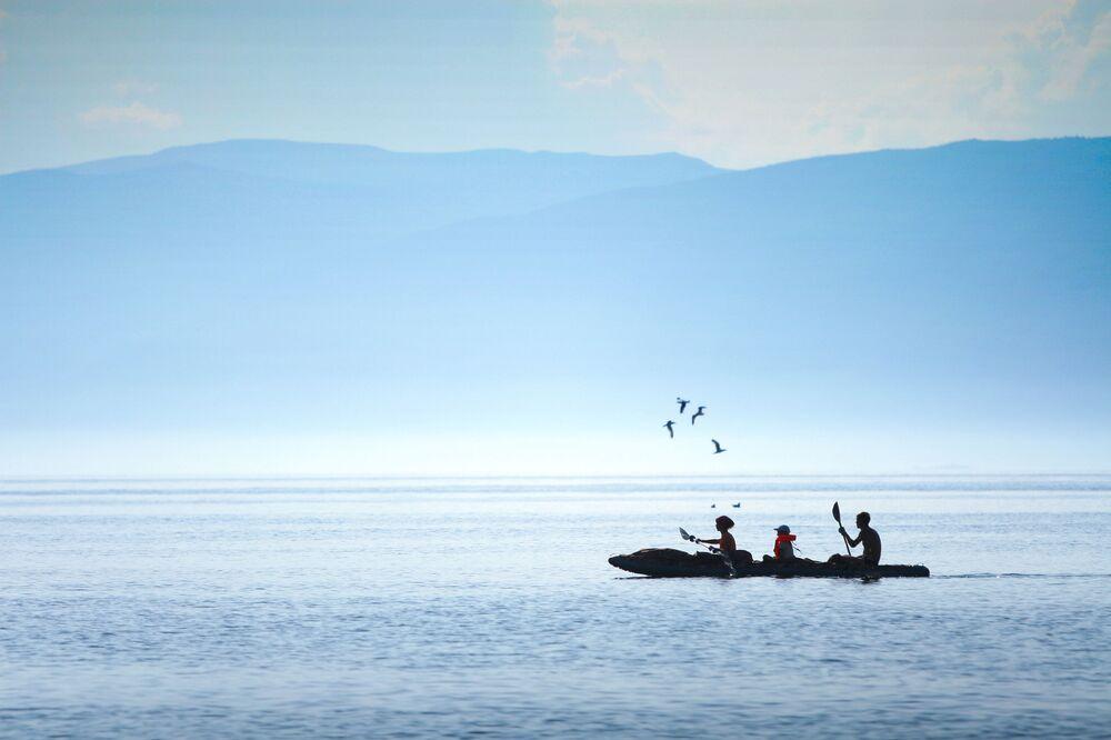 Turyści w kajaku po jeziorze Bajkał