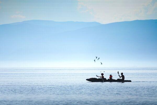 Turyści w kajaku po jeziorze Bajkał - Sputnik Polska