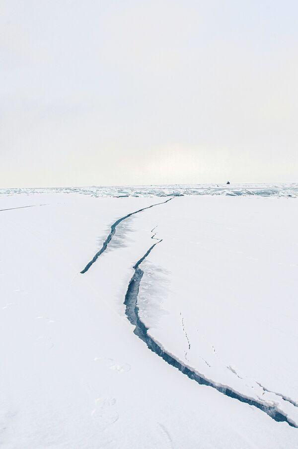 Pęknięcia na lodzie zimowego Bajkału - Sputnik Polska
