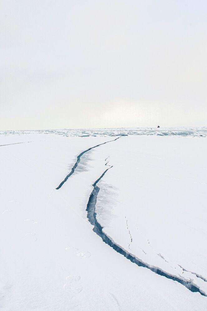 Pęknięcia na lodzie zimowego Bajkału