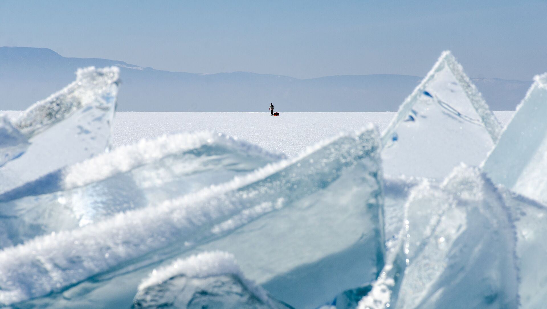 Postać mężczyzny na lodzie jeziora Bajkał - Sputnik Polska, 1920, 06.02.2021