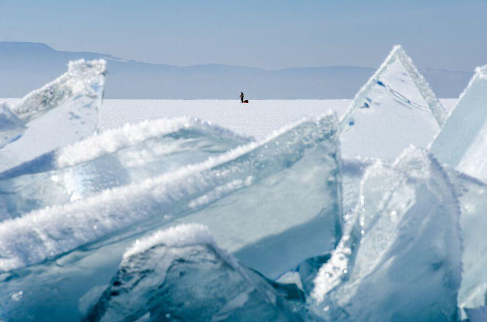 Postać mężczyzny na lodzie jeziora Bajkał