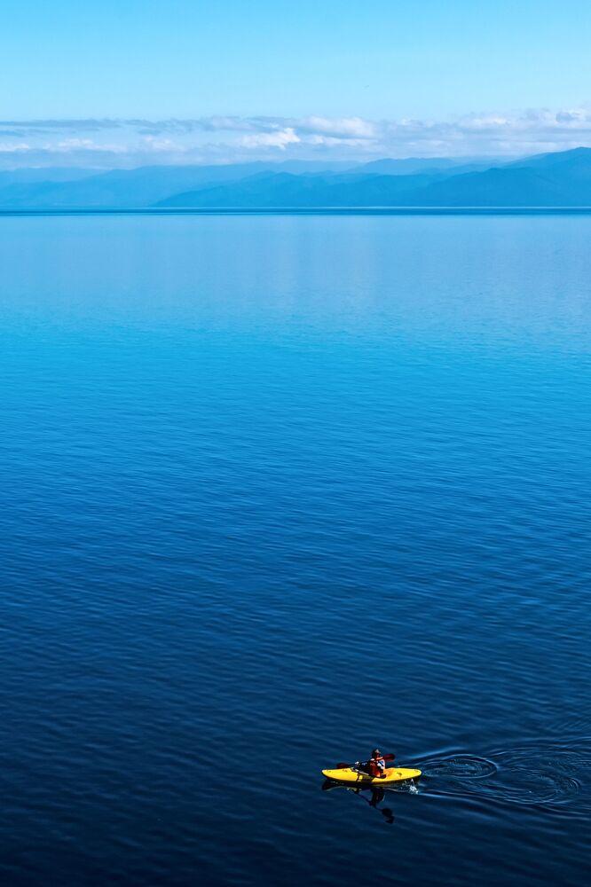 Żółty kajak na jeziorze Bajkał
