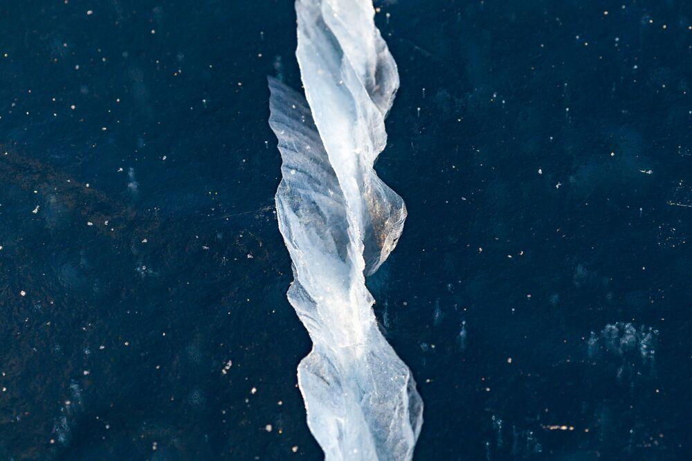 Jezioro Bajkał pokryte lodem