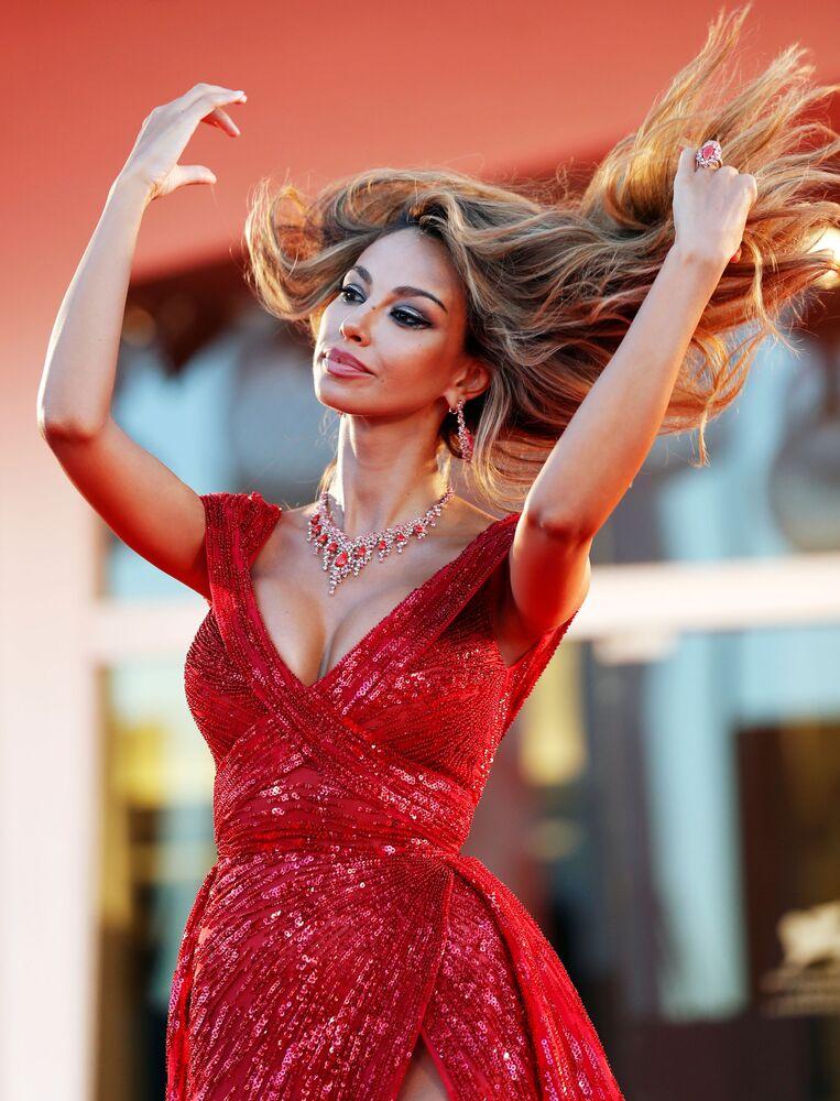 Modelka i aktorka Madalina Genea na czerwonym dywanie festiwalu filmowego w Wenecji.
