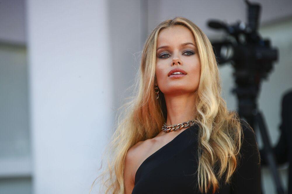 Modelka Frida Aasen na czerwonym dywanie festiwalu filmowego w Wenecji.