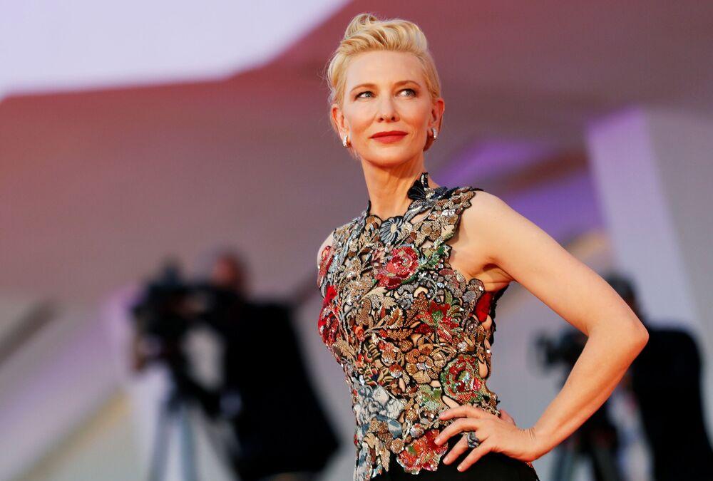 Aktorka Cate Blanchett na czerwonym dywanie na festiwalu filmowym w Wenecji.