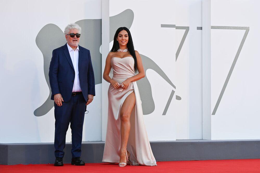 Reżyser Pedro Almodovar i aktorka Georgina Rodriguez na Festiwalu Filmowym w Wenecji.