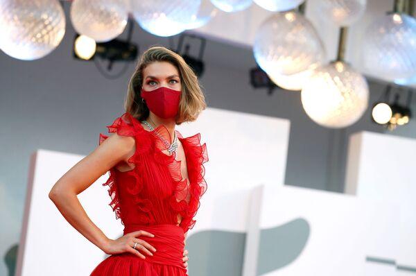 Amerykańska modelka Arizona Muse w ochronnej masce na czerwonym dywanie 77. Festiwalu Filmowego w Wenecji - Sputnik Polska