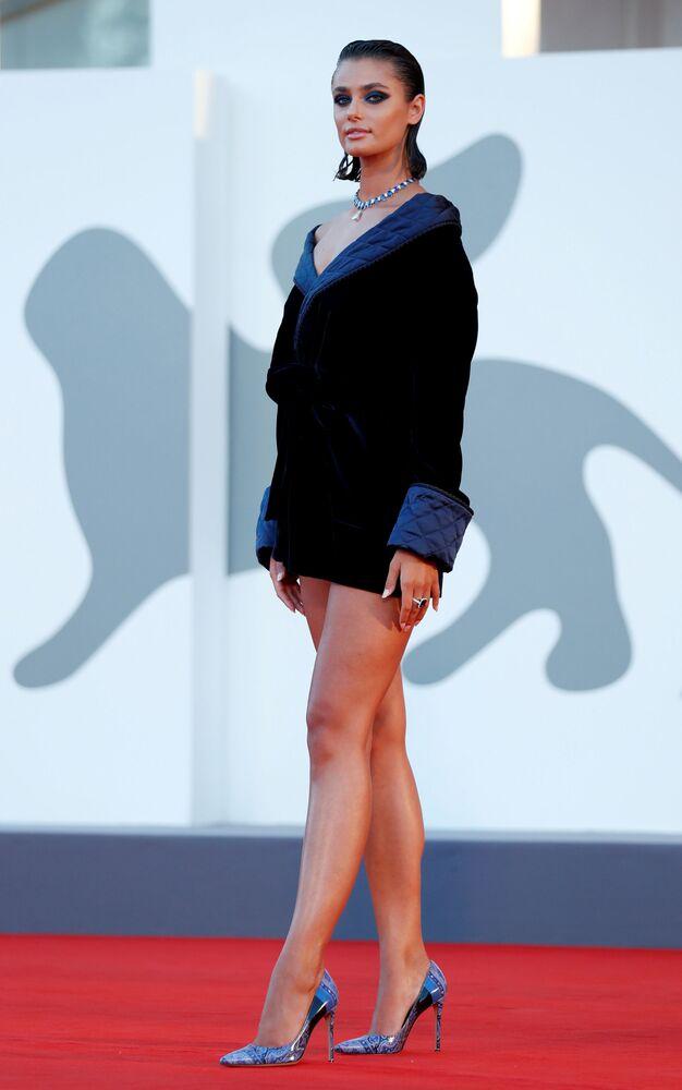 Amerykańska supermodelka Taylor Hill na czerwonym dywanie na 77. Festiwalu Filmowym w Wenecji.