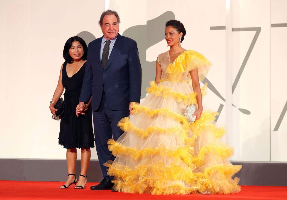 Reżyser Oliver Stone z żoną Sun-jung Jung na czerwonym dywanie na 77. Festiwalu Filmowym w Wenecji.