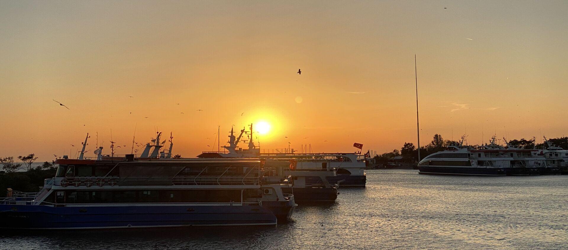 Zachód słońca nad Bosforem w Stambule - Sputnik Polska, 1920, 09.04.2021
