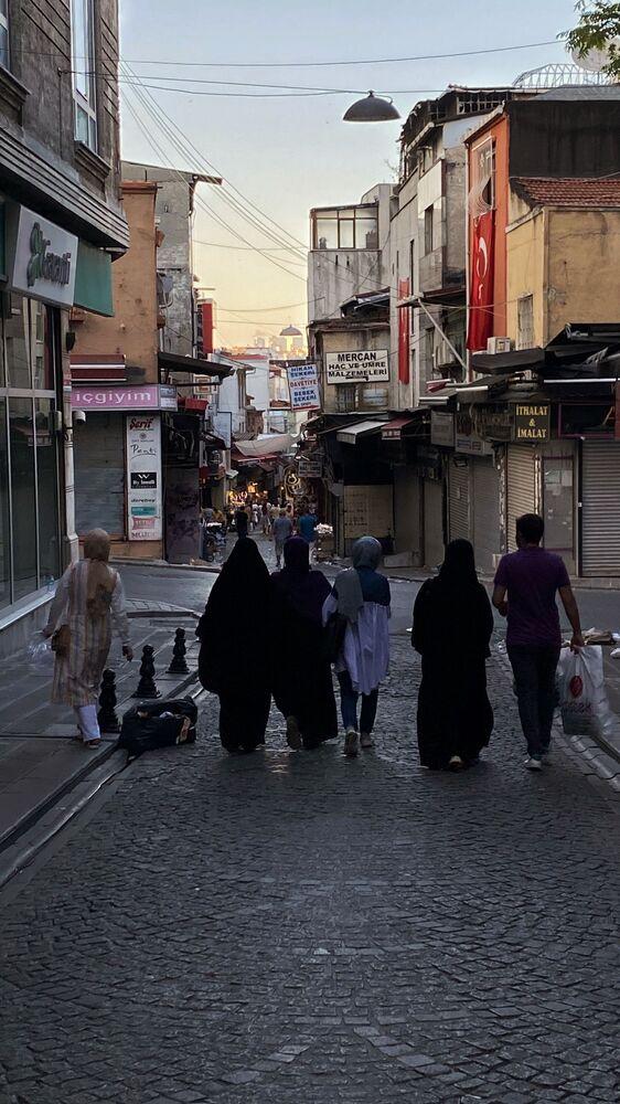Lokalni mieszkańcy na ulicy Stambułu