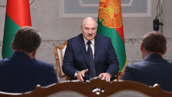 Alaksandr Łukaszenka rozmawia z rosyjskimi dzienikarzami podczas wizyty w Rosji - Sputnik Polska