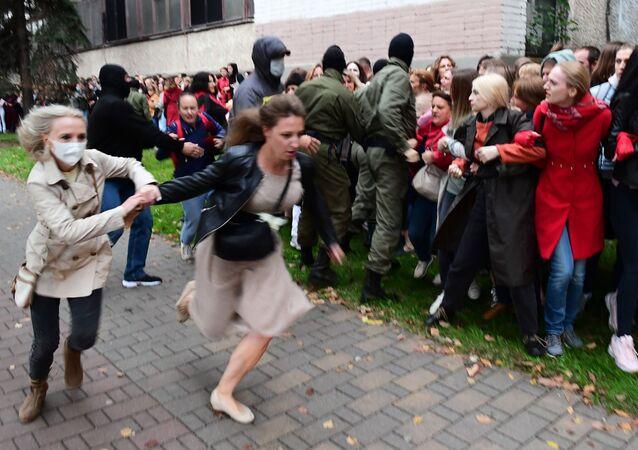 Funkcjonariusze organów ścigania i protestujący w Mińsku