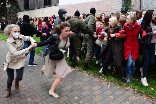 Funkcjonariusze organów ścigania i protestujący w Mińsku - Sputnik Polska