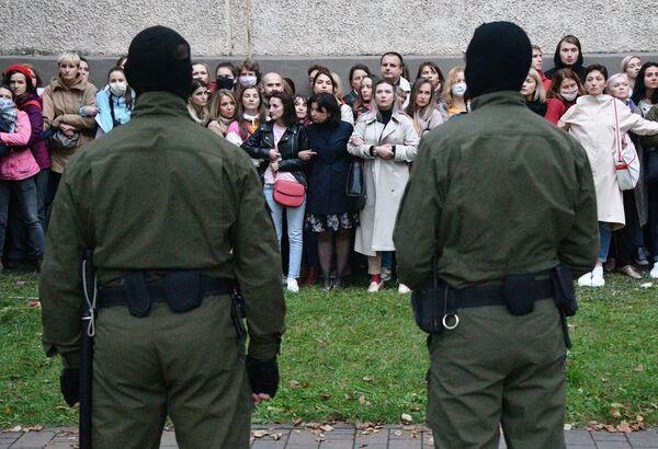 Przed demonstrantami w Mińsku stoją ludzie w mundurach maskujących - Sputnik Polska